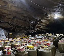 引进大型酿酒设备,酒旅融合,依托溶洞优势资源打造特色洞藏酒